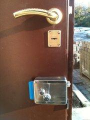 Надежная защита это-электрозамок установка, монтаж.