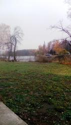 Участок в парковой зоне с выходом к воде.