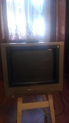 телевизор маленький, цветной.
