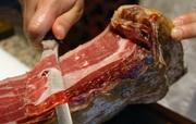 В мясной цех требуются обвальщик и жиловщица.